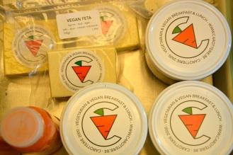De vegan kaasjes, broodsmeersels en desserts zijn ook verpakt (in herbruikbare potten) te kopen om mee te nemen.